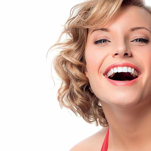 Pearl Drops® con tecnologia 4D che sbianca protegge, dona lucentezza e previene le nuove macchie dei denti.
